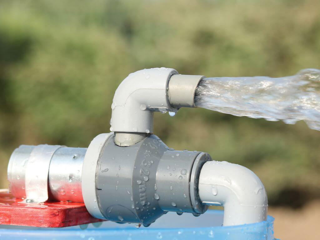 Bomba expulsando chorro de agua a presión